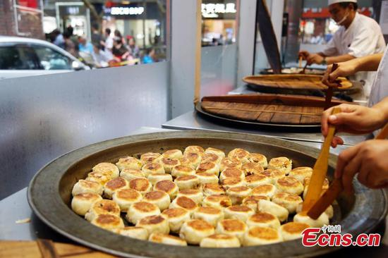 Mooncake with meat stuffing sells well in Shanghai