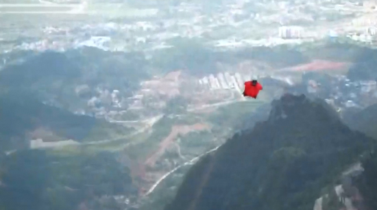 Wingsuit flyers perform 'cobra maneuver' in Zhangjiajie